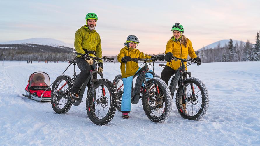 Perhe talvipyöräilemässä Ylläksellä Äkäslompolossa