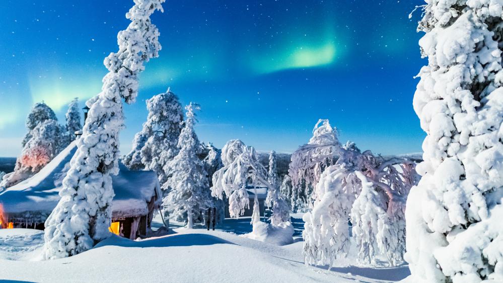 Kota ja revontulet talvella pimeään aikaan. Kuva: Rami Valonen, Metsähallitus